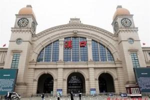 安静的汉口火车站广场上只要三三两两的人通行