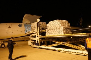 海外多地收购4.5万套防护服紧迫运抵武汉
